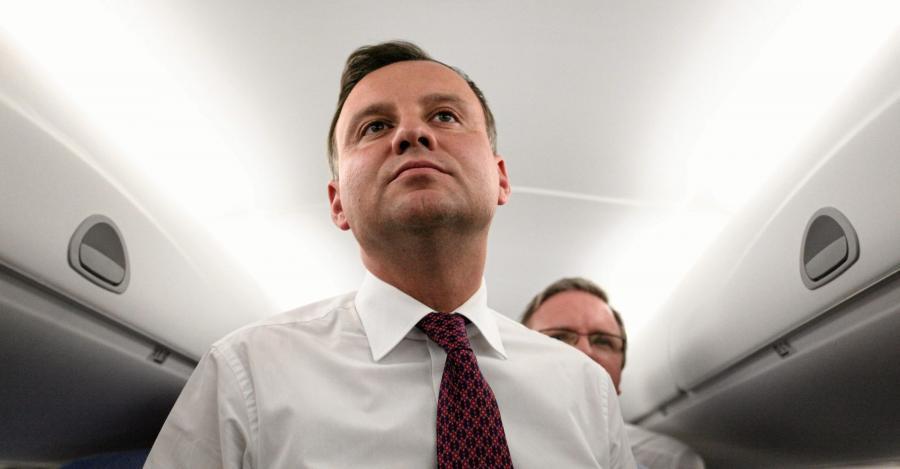 Prezydent Andrzej Duda podczas lotu w drodze powrotnej z Tallina do Warszawy rozmawia z dziennikarzami