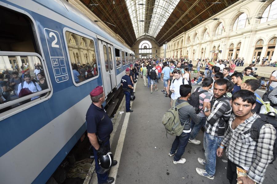 Tłumy imigrantów na dworcu Keleti w Budapeszcie, Węgry