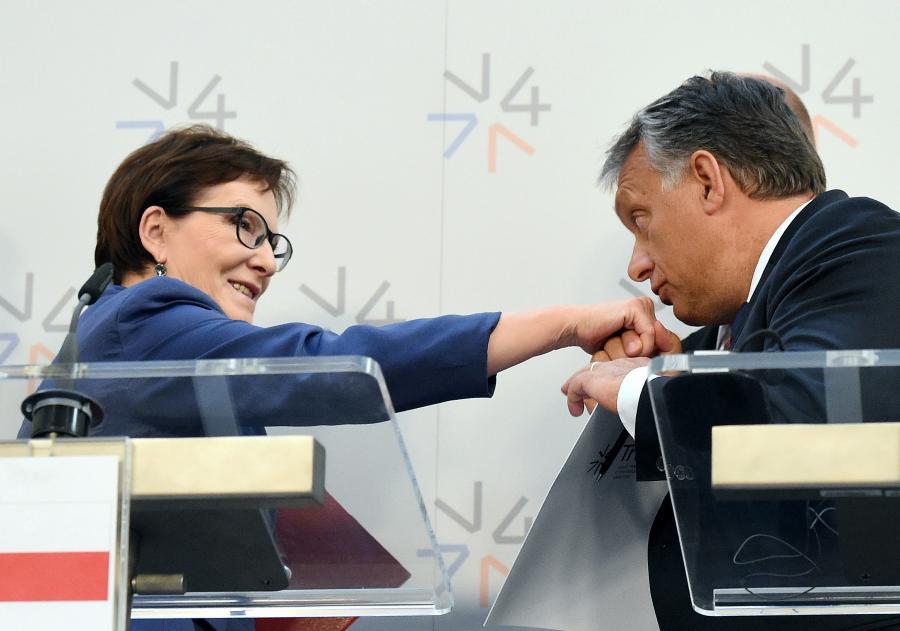 Premier Węgier Viktor Orban całuje dłoń szefowej polskiego rządu Ewy Kopacz