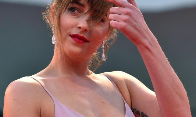 Dakota Johnson najbardziej wytatuowaną gwiazdą festiwalu w Wenecji [ZDJĘCIA]