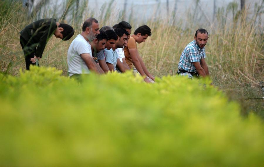 Uchodźcy modlą się na granicy grecko-macedońskiej