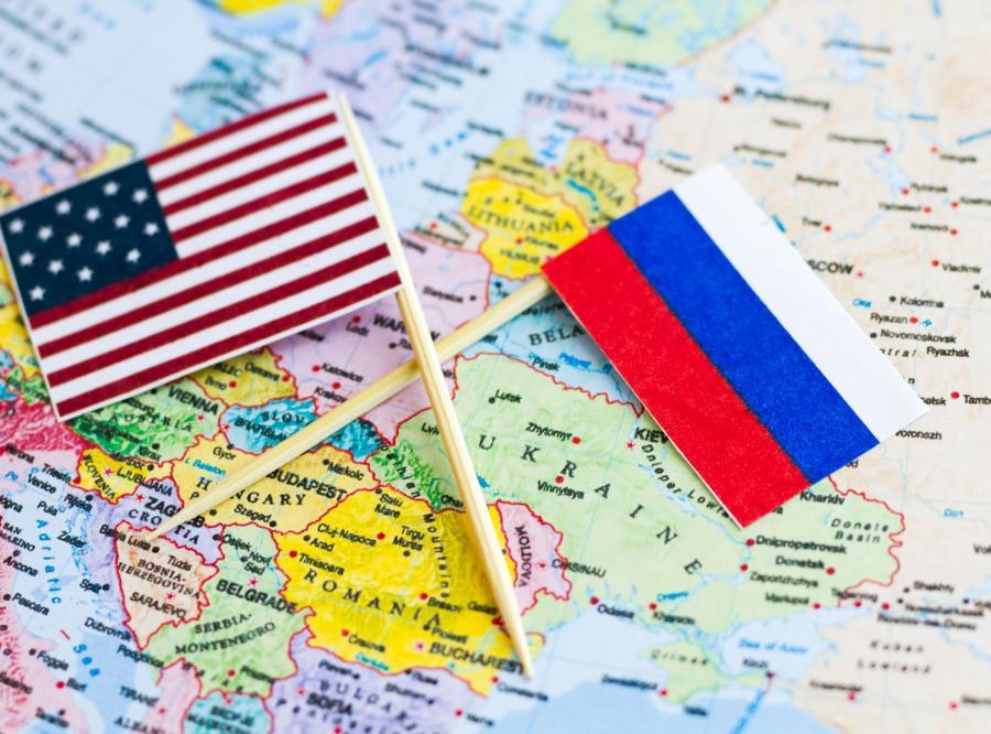 Amerykańska i rosyjska flaga na mapie Europy