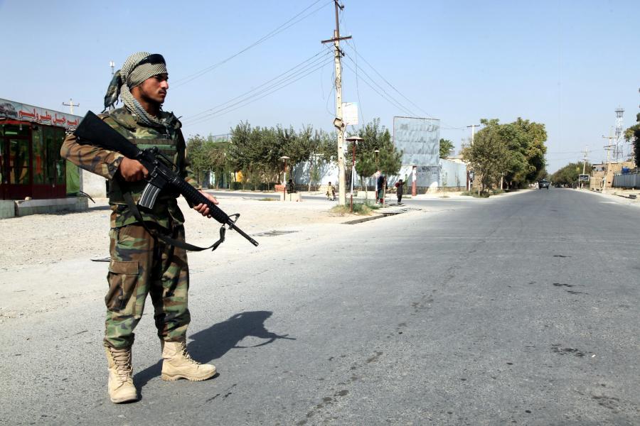 Afgański żołnierz na ulicach Kunduzu