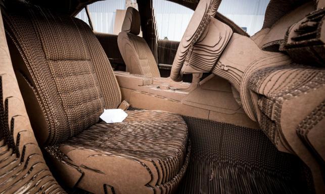 Zbudowali samochód w skali 1:1 z papieru. Jeździ i wozi ludzi. ZDJĘCIA