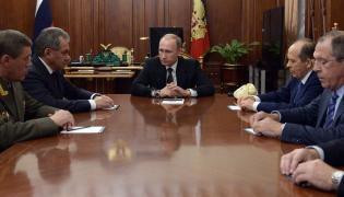 Prezydent Rosji Władimir Putin zapoznaje się z wynikami ustaleń w sprawie zamachu na rosyjski samolot pasażerski
