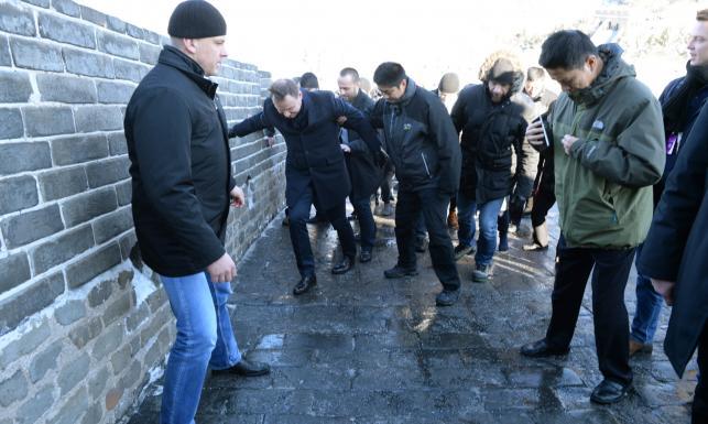 Prezydent Andrzej Duda na chińskim lodzie. Ślisko na Wielkim Murze Chińskim [ZDJĘCIA, WIDEO]
