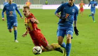 Zawodnik Korony Kielce Michał Przybyła (L) walczy o piłkę z Tamasem Kadarem (P) z Lecha Poznań