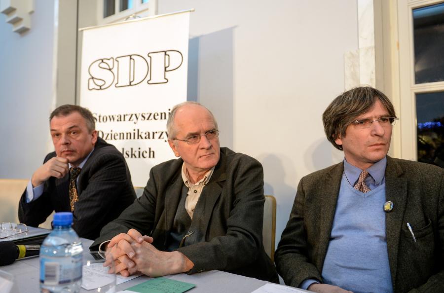 Od lewej: członek Zarządu Głównego SDP Zbigniew Rytel, pełnomocnik rządu ds. przygotowania reformy publicznej radiofonii i telewizji, wiceminister kultury Krzysztof Czabański, prezes SDP Krzysztof Skowroński, podczas konferencji \