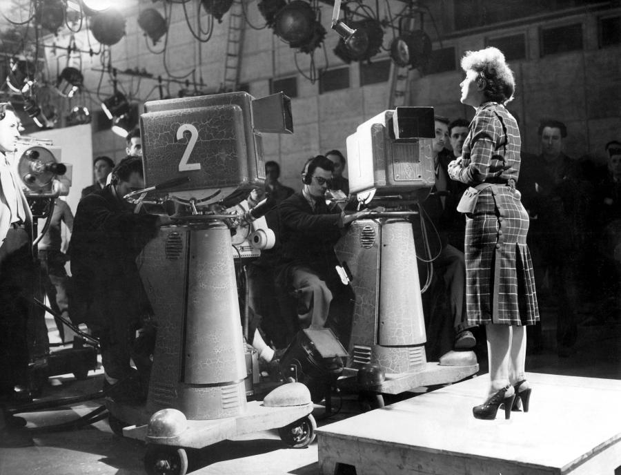 Edith Piaf podczas występu dla francuskiej telewizji w 1951 roku