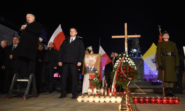 Polityk PiS przekonuje: Miesięcznica katastrofy smoleńskiej to nie jest partyjna uroczystość. ZDJĘCIA