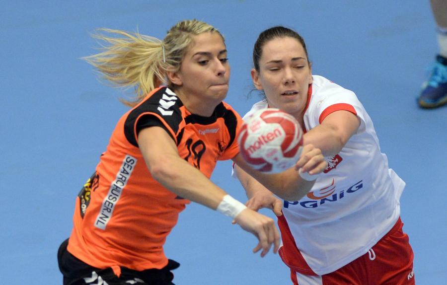Monika Kobylińska (P) zatrzymuje Estavanę Polman (L) z Holandii w meczu grupy B mistrzostw świata piłkarek ręcznych w duńskim Naestved