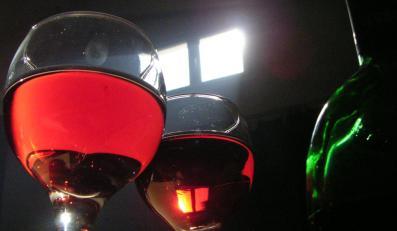 Chcesz szybko postarzyć wino? Przepuść przez nie prąd