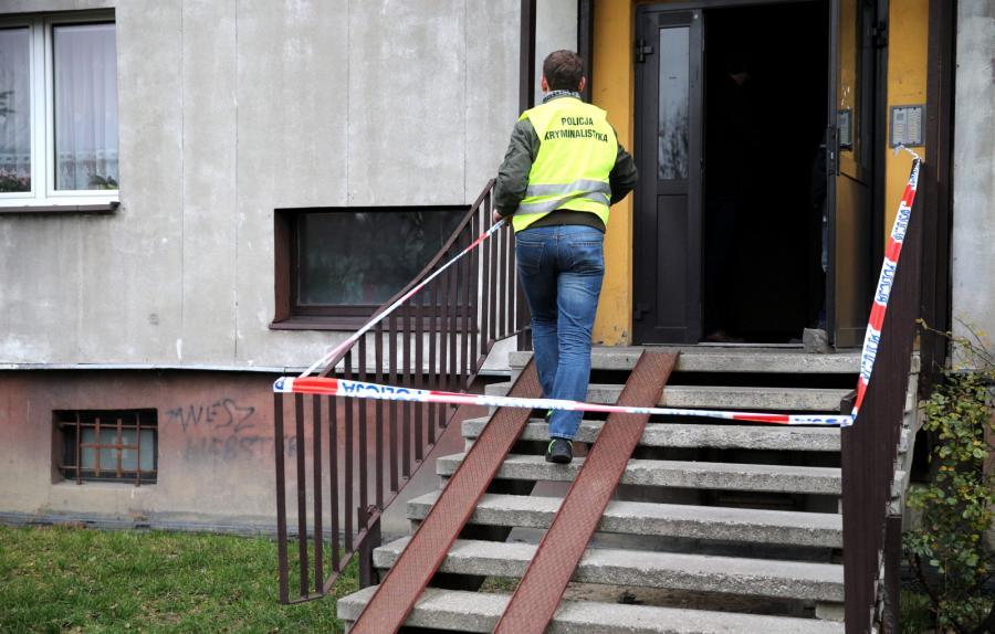 Policja przed budynkiem mieszkalnym w Rudzie Śląskiej, gdzie znaleziono ciała matki i jej dwóch synów