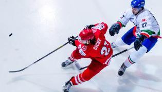 Michael Cichy (L) walczy o krążek z Włochem Jarim Monferrone'm (P) podczas meczu hokejowego turnieju EIHC w Katowicach