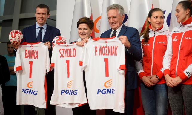 Premier Beata Szydło powitała polskie piłkarki ręczne na lotnisku Okęcie. WIDEO