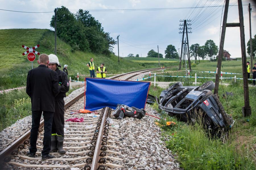 Miejsce zderzenia samochodu osobowego z szynobusem relacji Toruń - Grudziądz na niestrzeżonym przejeździe kolejowym w miejscowości Pniewite