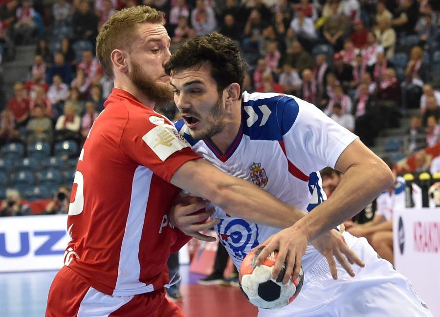 Polak Michał Daszek (L) i Serb Petar Nenadic (P) podczas meczu grupy A mistrzostw Europy piłkarzy ręcznych w Krakowie