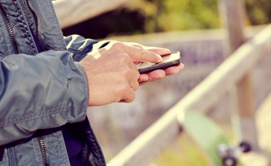 Mężczyzna ze smartfonem