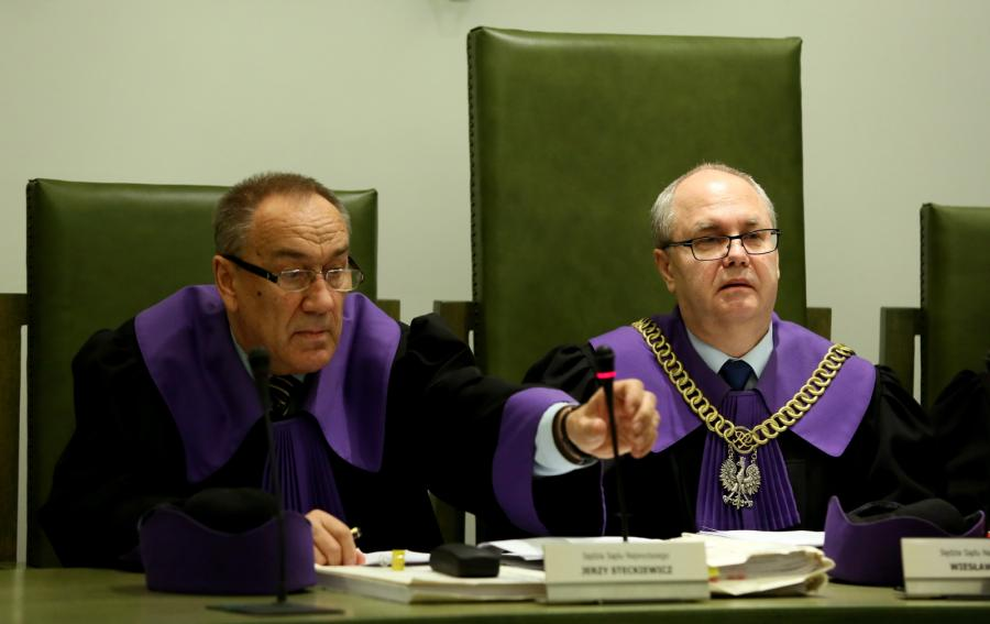 Sędziowie Jerzy Steckiewicz i Wiesław Błuś na sali Sądu Najwyższego w Warszawie