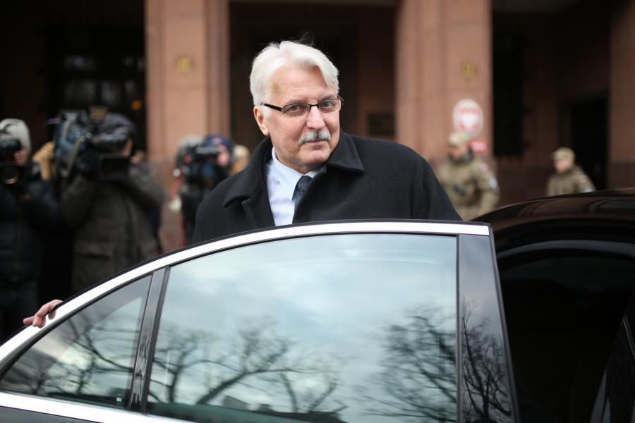 Minister spraw zagranicznych Witold Waszczykowski wychodzi z budynku MZS w Warszawie, po spotkaniu z ambasadorem Rosji w RP Siergiejem Andriejewem