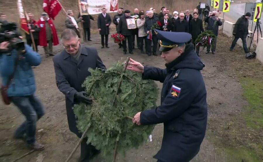 Kwiaty pod rozebranym pomnikiem generała Iwana Czerniachowskiego