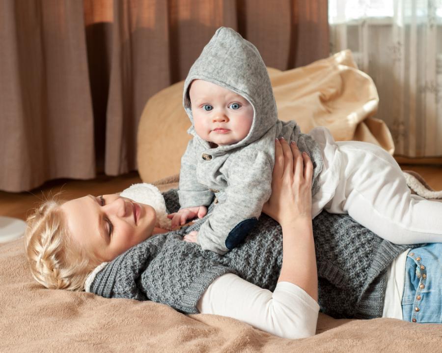 Matka z niemowlęciem w ciepłym ubraniu
