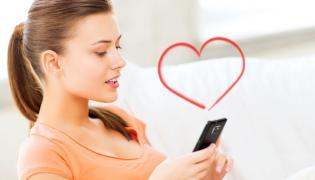 Kobieta pisząca miłosny SMS