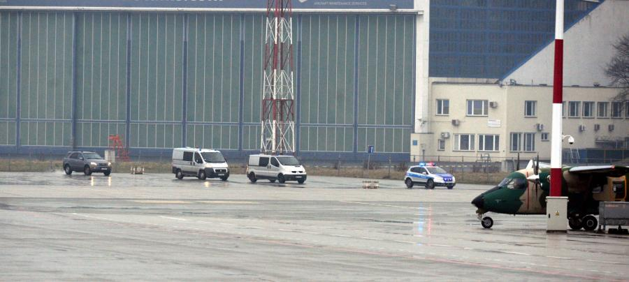 Konwój policyjny przewożący podejrzanego o zabójstwo kobiety Kajetana P. na wojskowym lotnisku Okęcie w Warszawie