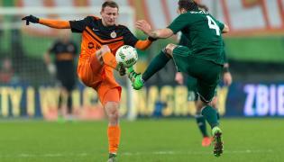 Zawodnik Śląska Wrocław Tom Hateley(P) walczy o piłkę z Jarosławem Kubickim (L) z KGHM Zagłębie Lubin podczas meczu polskiej Ekstraklasy