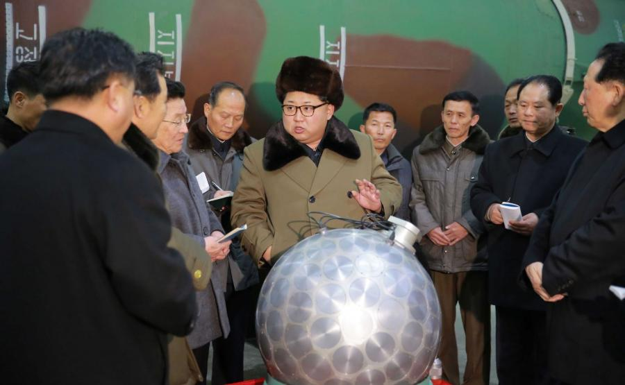 Kim Dzong Un rozmawia z naukowcami zaangażowanymi w program nuklearny