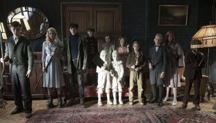 """Mieszkańcy """"Osobliwego domu pani Peregrine"""" na pierwszych fotosach z filmu Tima Burtona"""