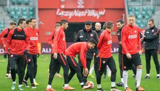 Trener reprezentacji Polski Adam Nawałka (C) podczas treningu drużyny na Stadionie Miejskim we Wrocławiu