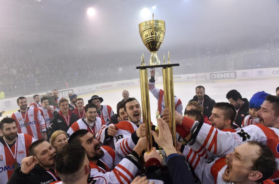 Drużyna Comarch Cracovii świętuje zdobycie tytułu Mistrza Polski w hokeju na lodzie po wygranym meczu z GKS Tychy w Krakowie