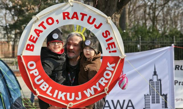 Żurek, pisanki i wielkanocne baby przed Kancelarią Premiera. ZDJĘCIA z manifestacji KOD