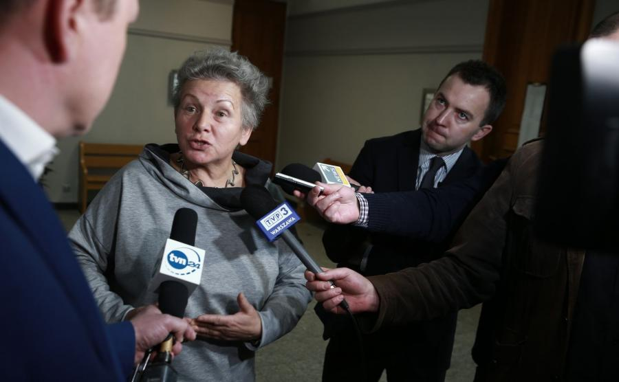 Profesor Monika Płatek wskazana przez oskarżonego jako obserwator rozmawia z dziennikarzami na korytarzu sądowym