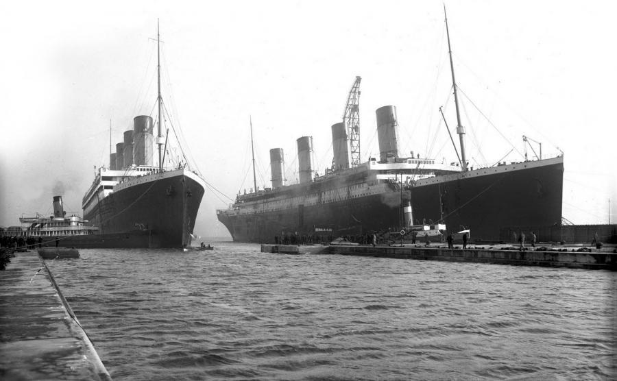 Olympic i Titanic (po prawej) w stoczni w Belfaście
