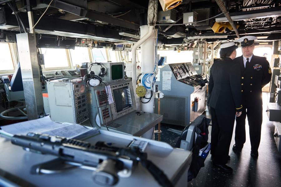 Oficerowie na mostku USS Donald Cook