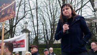 Ewa Stankiewicz podczas demonstracji przed ambasadą Rosji