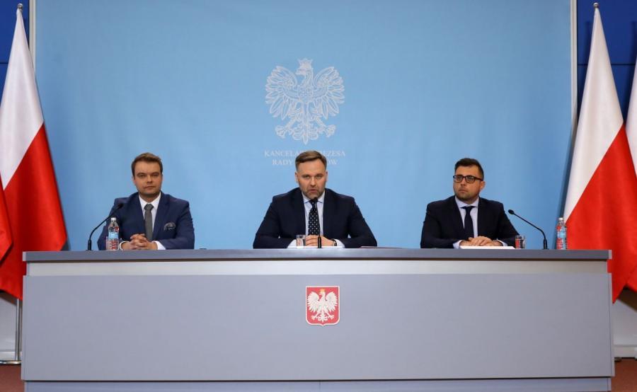 Minister skarbu państwa Dawid Jackiewicz, wiceminister skarbu Filip Grzegorczyk i rzecznik rządu Rafał Bochenek