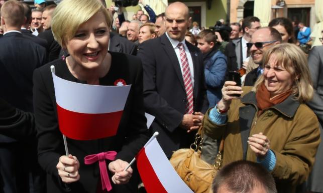 Jak zwykle dobrze ubrana, wyjątkowo radosna: prezydentowa na Dniu Flagi. FOTO