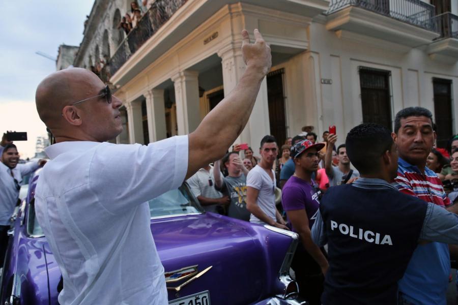 Vin Diesel na pokazie Chanel na sezon resort 2017 w Hawanie