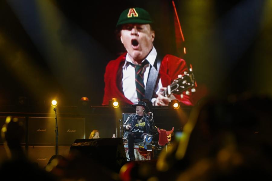 Axl Rose zadebiutował w roli wokalisty AC/DC