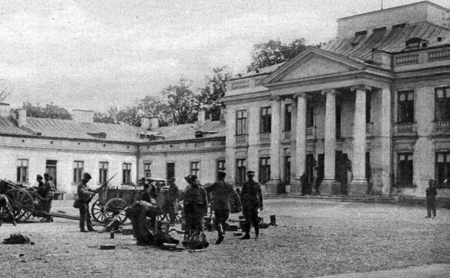 Wojska zamachowców na dziedzińcu Belwederu