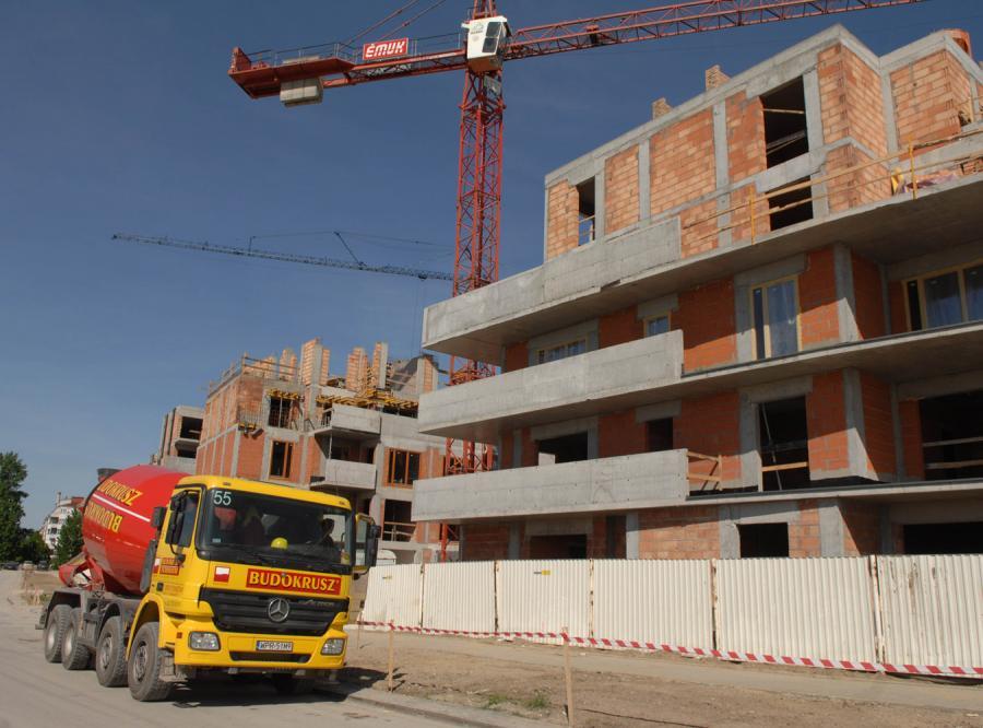 Rząd udaje łaskawcę, bo mieszkania staniały