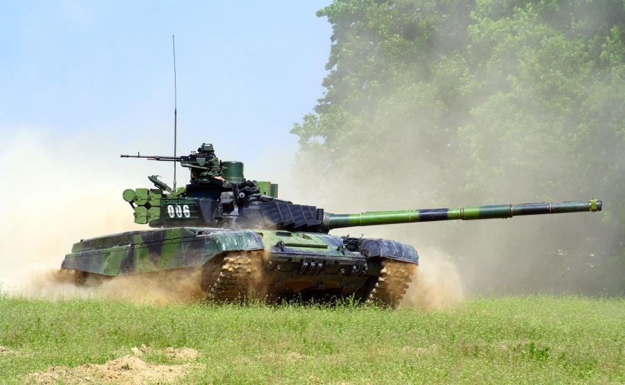Czołg T-72 na poligonie