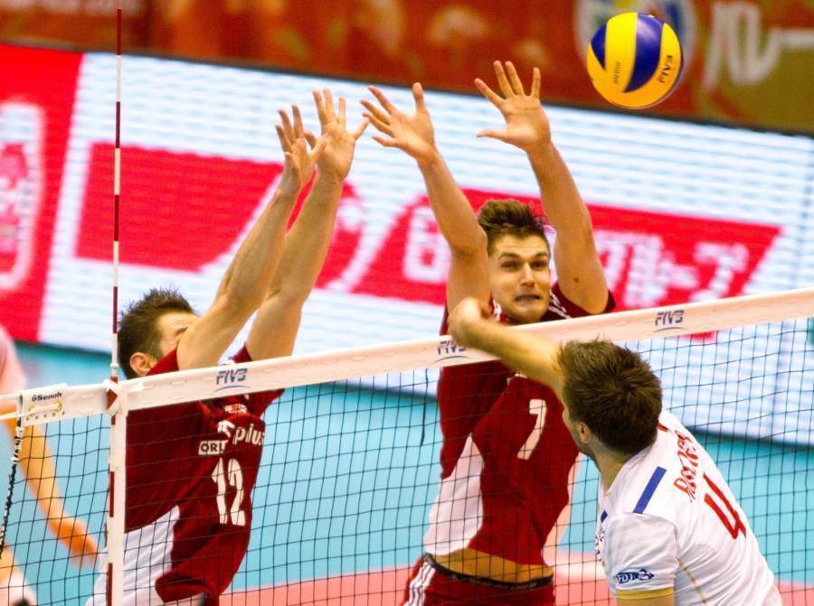 Grzegorz Łomacz (L) i Karol Kłos (P) oraz Francuz Antonin Rouzier (C) podczas meczu Polska - Francja, w trakcie interkontynentalnego turnieju kwalifikacyjnego do Igrzysk Olimpijskich w Rio