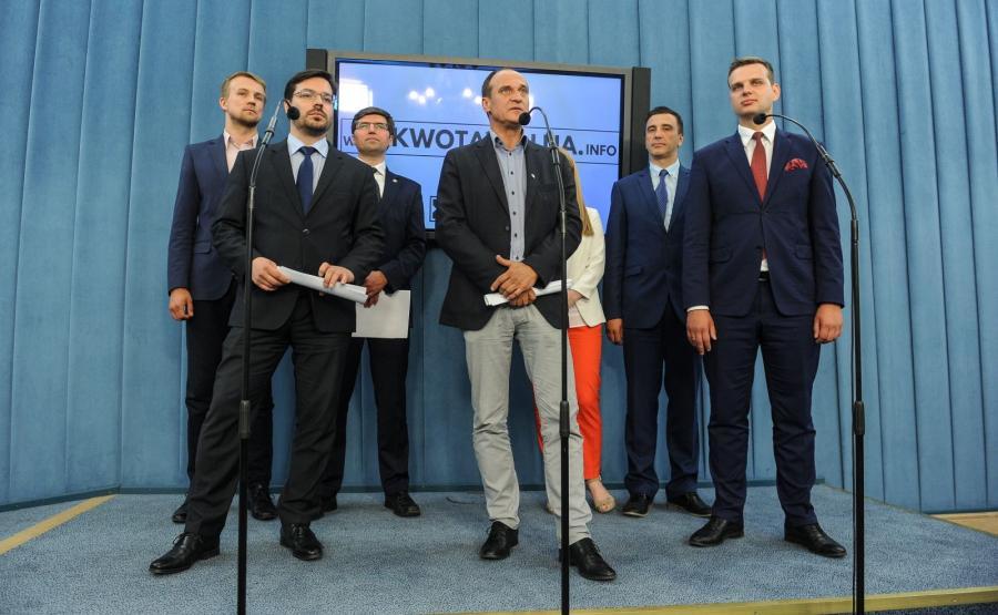 Posłowie Kukiz\'15: Błażej Parda, Stanisław Tyszka, Tomasz Jaskóła, Paweł Kukiz, Elżbieta Borowska, Jarosław Sachajko oraz Jakub Kulesza, podczas konferencji prasowej partii Kukiz\'15, pt. \
