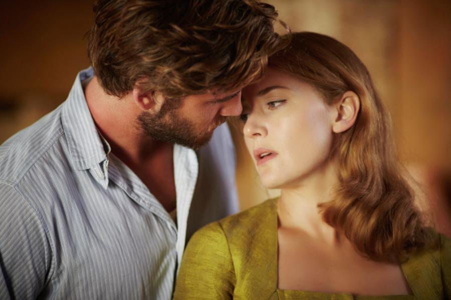 Kate Winslet i Liam Hemsworth w filmie \
