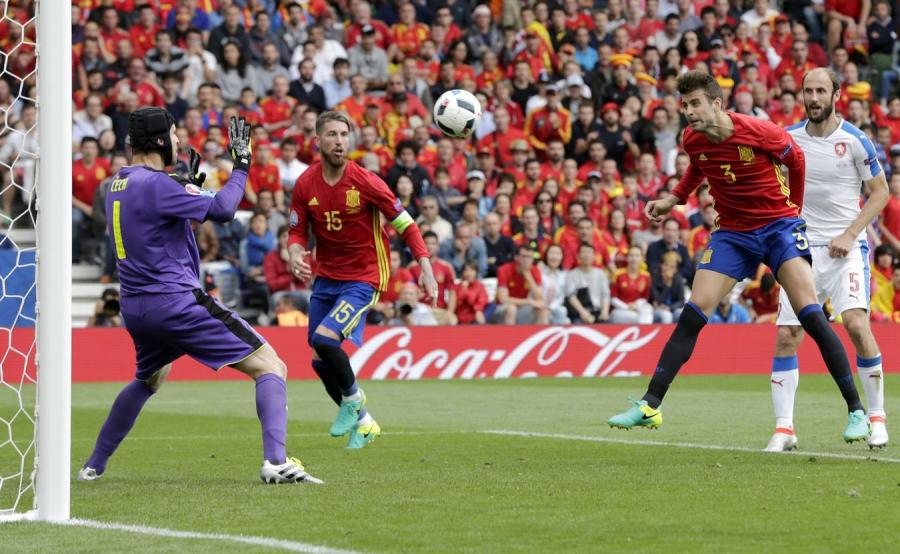 Gerard Pique strzela zwycięską bramkę dla Hiszpanii
