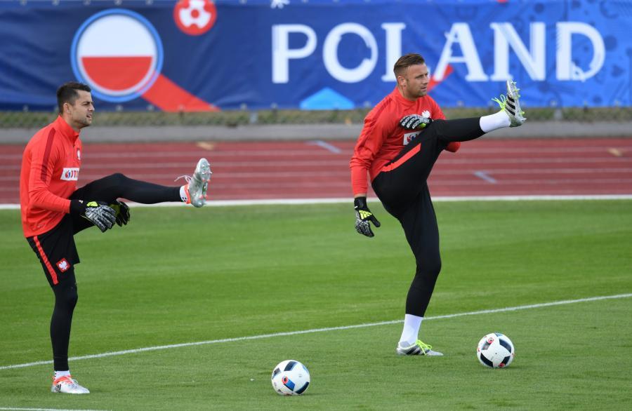 Bramkarze reprezentacji Polski Łukasz Fabiański (L) i Artur Boruc (P) podczas treningu kadry we francuskim La Baule
